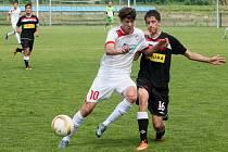Dorostenci U19 Viktorie Plzeň si v posledním kole připsali bod s pražskou Slavií. Na snímku o míč bojují domácí Jan Končal (vlevo) a Daniel Stropek