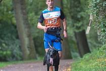 Tomáš Jaša při závodě v canicrossu se svým psem Zulu.