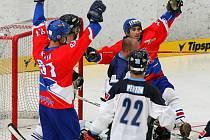 Čeští hokejbalisté Ondřej Kejř (vlevo) a Marek Lendl se radují z jednoho z gólu v brance Bermud.
