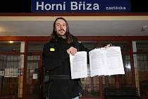 Robert Trnka s peticí za zachování železniční stanice Horní Bříza zastávka