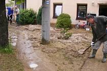 Bahno, které zasáhlo rodinné domy.
