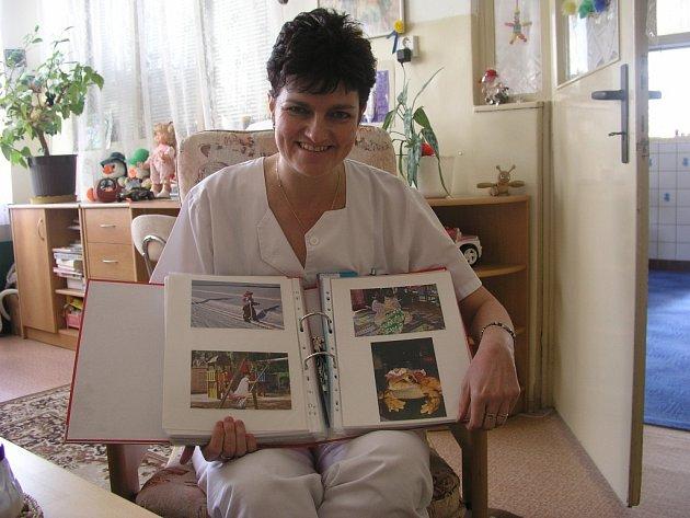 Lékařka Kojeneckého ústavu v Plzni Michaela Čechová ukazuje fotografie dětí, které odešly z ústavu do zahraničí.