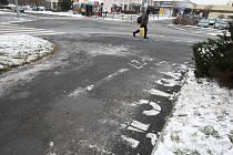 Označení ulic na Lochotíně v podobě nápisů na chodníku postupně mizí. Nápisy an chodníku nedrží