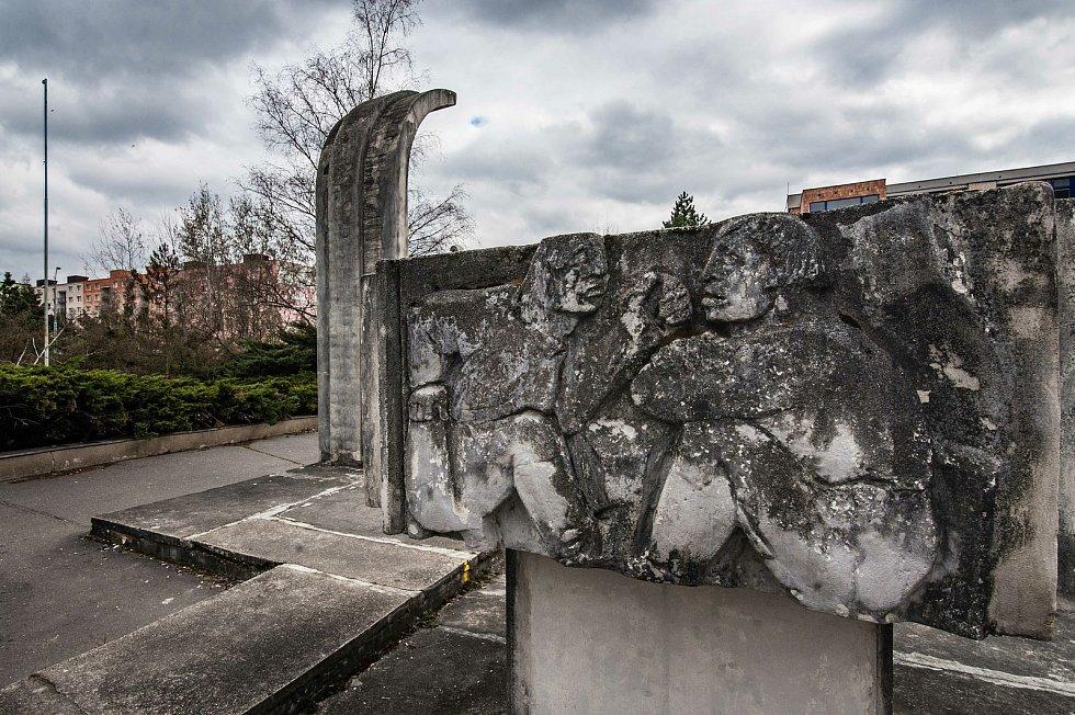 Autorem reliéfů, které jsou součástí Centrální plastiky, byl sochař Alois Sopr. Jako národní umělec patřil v době normalizace k nejstarším a nejuznávanějším západočeským výtvarníkům.