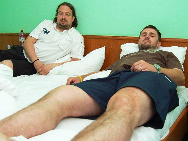 Čeští hokejbalisté Slavomír Švancar a Michal Oliverius při odpočinku.