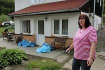 Jitka Šašková z Plzně ukazuje škody, které jí napáchala povodeň