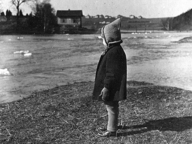 Snímky z roku 1942 zachycují pravidelné rozvodnění řeky na Doubravce u sv. Jiří. Fotografie dodal Petr Kopp, na snímku je jeho matka Alena Koppová