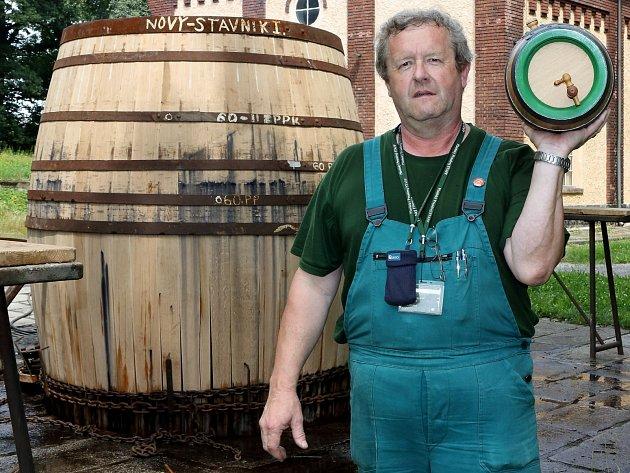 Bednářský mistr Josef Hrůza s pětilitrovým soudkem. Za ním stojí právě vznikající sud na 35 hektolitrů piva