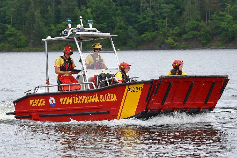 22 – Následuje transport na břeh a předání pacienta ZZS na smluveném místě, které je pro záchranku dobře dobře a rychle dostupné.
