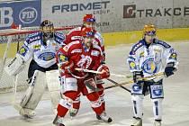 Třinečtí hokejisté Výtisk a  Moravec (v tmavém zleva) číhají před plzeňským brankářem Romanem Málkem.
