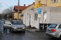 Auta, která zastaví u přístavby veterinární kliniky v Kleisslově ulici v Plzni, brání bezpečnosti a plynulosti provozu