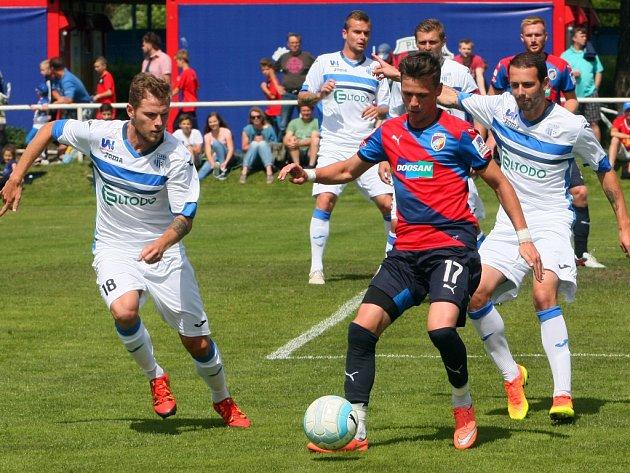 Záložník Viktorie Plzeň Egon Vůch si kryje míč před dotírajícími hráči FK Ústí nad Labem.