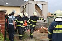 Muže vyprostili až přivolaní hasiči. Utrpěl zlomeniny obou dolních končetin