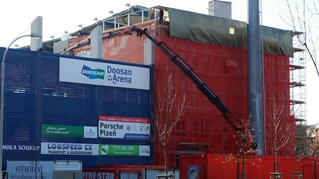 Stavba první věže v Doosan Areně finišuje