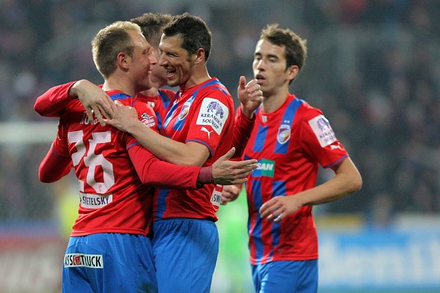 Fotbalisté Viktorie se radují z prvního gólu v síti Znojma.