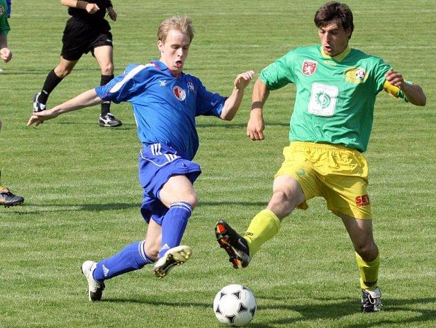 Jeden ze souboů v utkání divize mezi domácí Slavií Vejprnice (hráč vlevo) a Prachaticemi. Domácí v duelu dvou týmů ze středu tabulky zvítězili 2:1