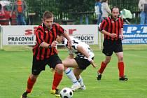 Duel  Kaznějova  (ve světlém) a Sokola Plasy (vlevo Miroslav Špelina) skončil v sobotu na kaznějovském trávníku nerozhodně 1:1