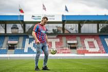 PRVNÍ ŽONGL. Hned po podpisu tříleté smlouvy s plzeňskou Viktorií si 24letý slovenský fotbalista Miroslav Káčer minulý týden vyzkoušel trávník v Doosan Areně.
