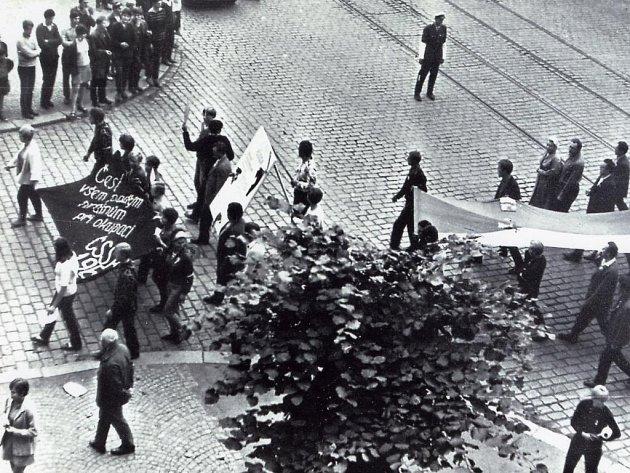 Plzeňané vzdali holt obětem agrese, odpor vyjádřili příklonem k symbolu státnosti –  vlajce.
