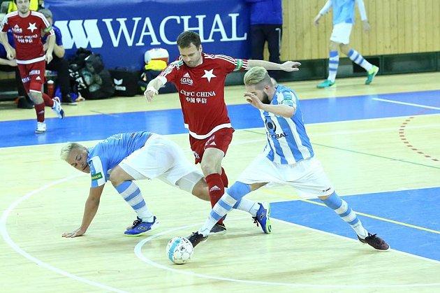TAHAJÍ ZA KRATŠÍ KONEC. Futsalisté Interobalu prohrávají ve čtvrtfinálové sérii se Slavií Praha 0:2.