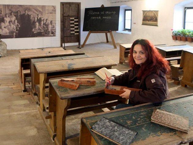 ZPÁTKY V ČASE. Od poloviny března se mohou děti zúčastnit zážitkové dílny Ve škole před stol lety na statku Lüftnerka. Na snímku je kurátorka výstavy Kateřina Misíková.