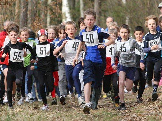 Mladí běžci v kraji si sezonu znovu zpestří  starty v krosovém poháru. Součástí osmidílné série je i Běh okolo Zámečku, z něhož je snímek