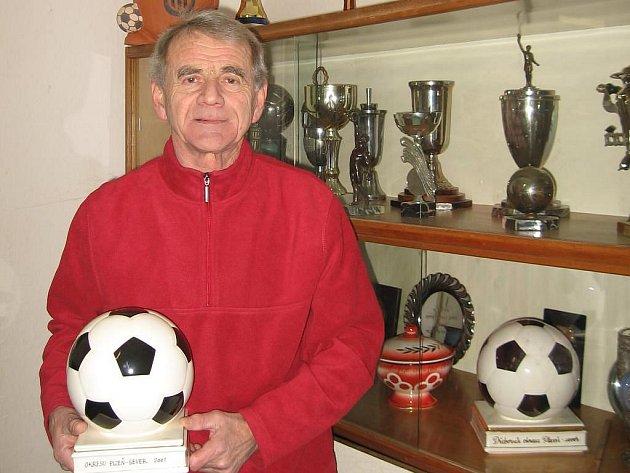 Fotbalisté Druztové hrají již devátou sezonu I. B třídu. Na snímku předseda oddílu Štěpán Laurenc s trofejí za postup do I. B třídy, kterou muži áčka vybojovali v roce 2001 pod jeho vedením v roli trenéra