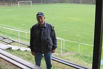 Václav Sebránek byl třicet let v čele fotbalistů Mladotic. Na snímku bývalý předseda na místním fotbalovém stadionu
