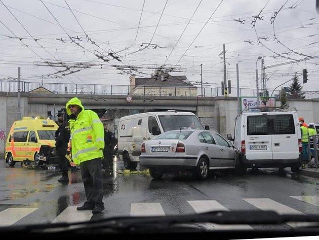 Nehoda záchranné služby a vozu převážejícího peníze v Doudlevecké ulici v Plzni