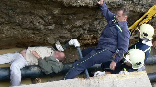 V  Sedláčkově ulici spadl včera odpoledne zřejmě podnapilý muž do výkopu, rozbil si hlavu a způsobil si otřes mozku