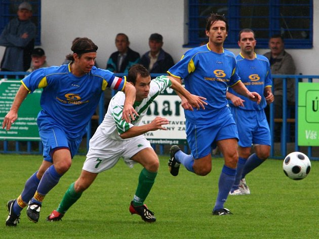 Fotbalisté Senco Doubravka (v modrých dresech) si výhrou v Přešticích upevnili první místo v tabulce krajského přeboru.