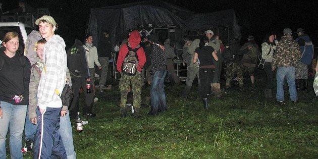 Ani déšť a zima nezabránily desítkám mladých lidí navštívit technoparty ve Střelici.
