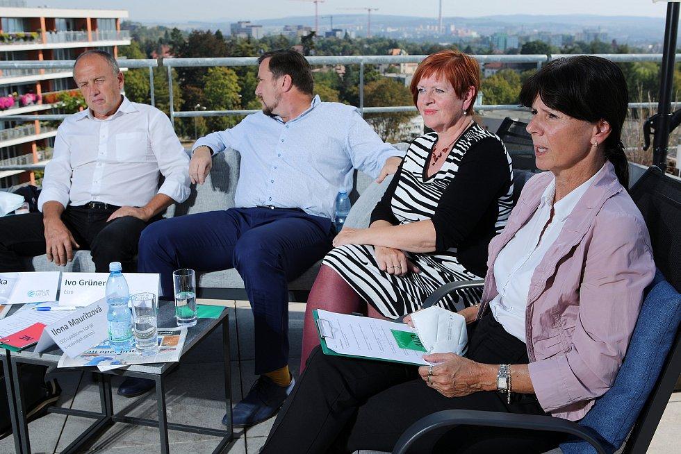 Debata lídrů vybraných politických stran na terase na střeše nemocnice Privamed.