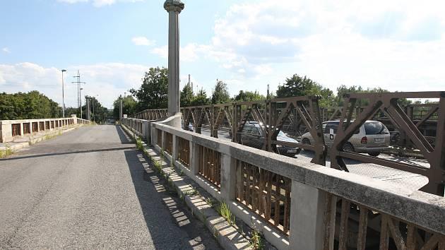 Vojenský most přes řeku Mži byl postaven v roce 2008, za dva roky by měl zmizet. Původní historický zůstane.
