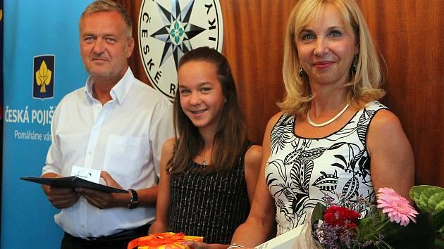 Zuzana a Martin Kotýkovi s dcerou Julií převzali ocenění Gentleman silnic za to, že při dopravní nehodě, kterou nezavinili poskytli zraněnému motorkáři pomoc a tím mu s velkou pravděpodobností zachránili život. Ocenění Gentleman silnic uděluje Policie ČR