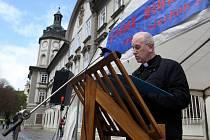Veřejného čtení bible se v Plzni zúčastnil i současný biskup Tomáš Holub a emeritní biskup František Radkovský.