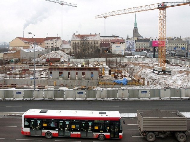 Výstavba divadla v Jízdecké ulici v Plzni.