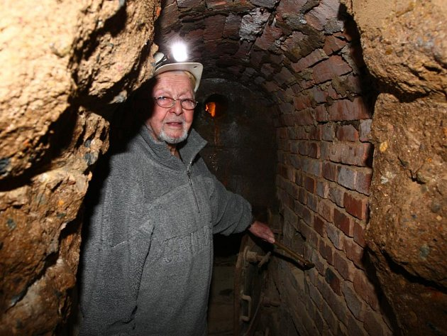 Bývalý nacistický bunkr, který se nachází pod plzeňskou botanickou zahradou, by měl být zpřístupněn do tří let. Už zde začaly práce nutné pro otevření speciální expozice.  Dohled nad nimi má specialista na podzemní a důlní stavby Antonín Hofman