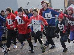 Silvestrovský běh se v jihoplzeňském Ždírci konal už podvaadvacáté. Tentokrát se v mrazivém počasí rozhodlo protáhnout si nohy 133 běžců, z toho 88 dospělých a 45 dětí
