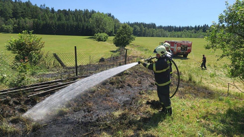 Požár travního porostu v Ujčíně.