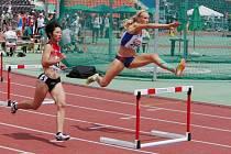 Plzeňská atletka Jana Reissová (na snímku vpravo) sice na mistrovství světa dorostu v Doněcku postoupila z rozběhu na 400 m překážek nejlepším časem, ale v semifinále na deváté překážce upadla a šance na medaili se rozplynula