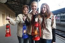 Skautky (zprava) Tereza Lišková, Kateřina Fárková a Barbora Fárková na plzeňském nádraží, kam v sobotu před 14. hodinou přivezly Betlémské světlo