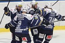 Na snímku se plzeňští hokejisté (zleva)  Nicholas Johnson, David Sklenička, Dominik Simon a Vojtěch Mozík radují z gólu v duelu s Libercem. Na tři body však škodováci nedosáhli a čeká je ošidný duel na ledě předposlední Olomouce.