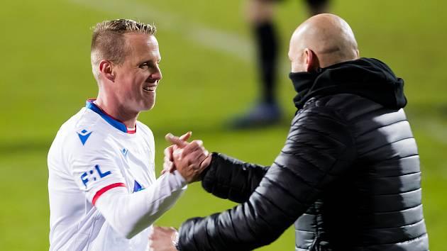 David Limberský se slovenským koučem Adrianem Guľou poté, co odehrál v české lize 400. ligový zápas.