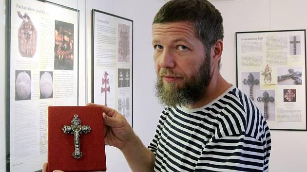 Výstava Pohřebnictví v době baroka. Miroslav Tříska instaluje Jeruzalémský kříž.