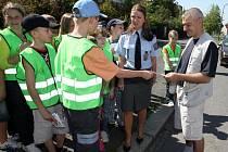 Děti v pondělí na Karlovarské třídě spolu s policií kontrolovali řidiče. Podle dodržení předpisů jim pak předávali různé samolepky