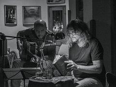 BÁSNÍK IVO HUCL (laureát literární Ceny Bohumila Polana) právě vydal sbírku Prach prázdna. Křest jeho knihy se koná v úterý 18. dubna od 19 hod. v Moving Station v Plzni na Jižním Předměstí. Autorské čtení Iva Hucla (na snímku vpravo) doplní koncert Vladi