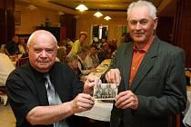 Jiří ´Evička´ Wagner a Jaroslav Potužák ukazují školní fotky z roku 1948, v pátek se sešli po 60 letech