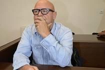 V JEDNACÍ SÍNI. Jindřich Strýc u plzeňského okresního soudu před začátkem jednání.