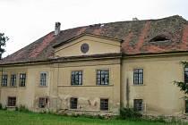 Chocenický venkovský zámek patřil donedávna k ohroženým památkám Plzeňského kraje. Na jaře budovy koupil nový majitel a nedávno ji začal opravovat.